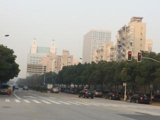 PM2.5が100㎍/㎥を越えるとこんな感じ。微妙にモヤがでます。