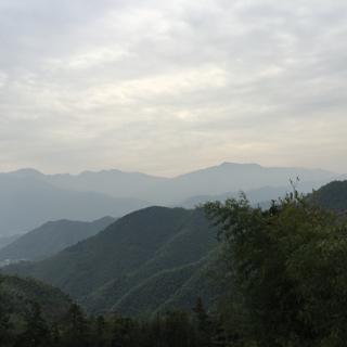 後ろに見える高い山々が浙江省安吉の竜王山で上海黄浦江の源流があります