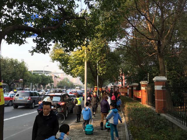 上海の小学校の登校風景