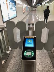 上海地下鉄の自動改札口。QRコードも読めます