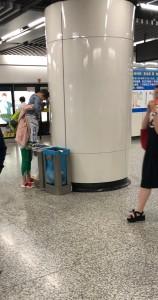とはいえ、いくらトイレが間に合わなくても、駅のゴミ箱はダメでしょう・・・(上海にて)